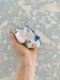 Porcelánová miska s modrým krajom